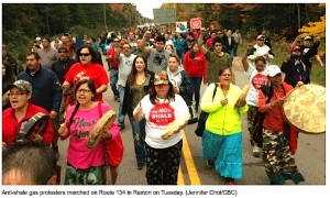 IMAGE - March on Route 134 in Rexton of community supporters against shale gas (CBC, October 1, 2013)